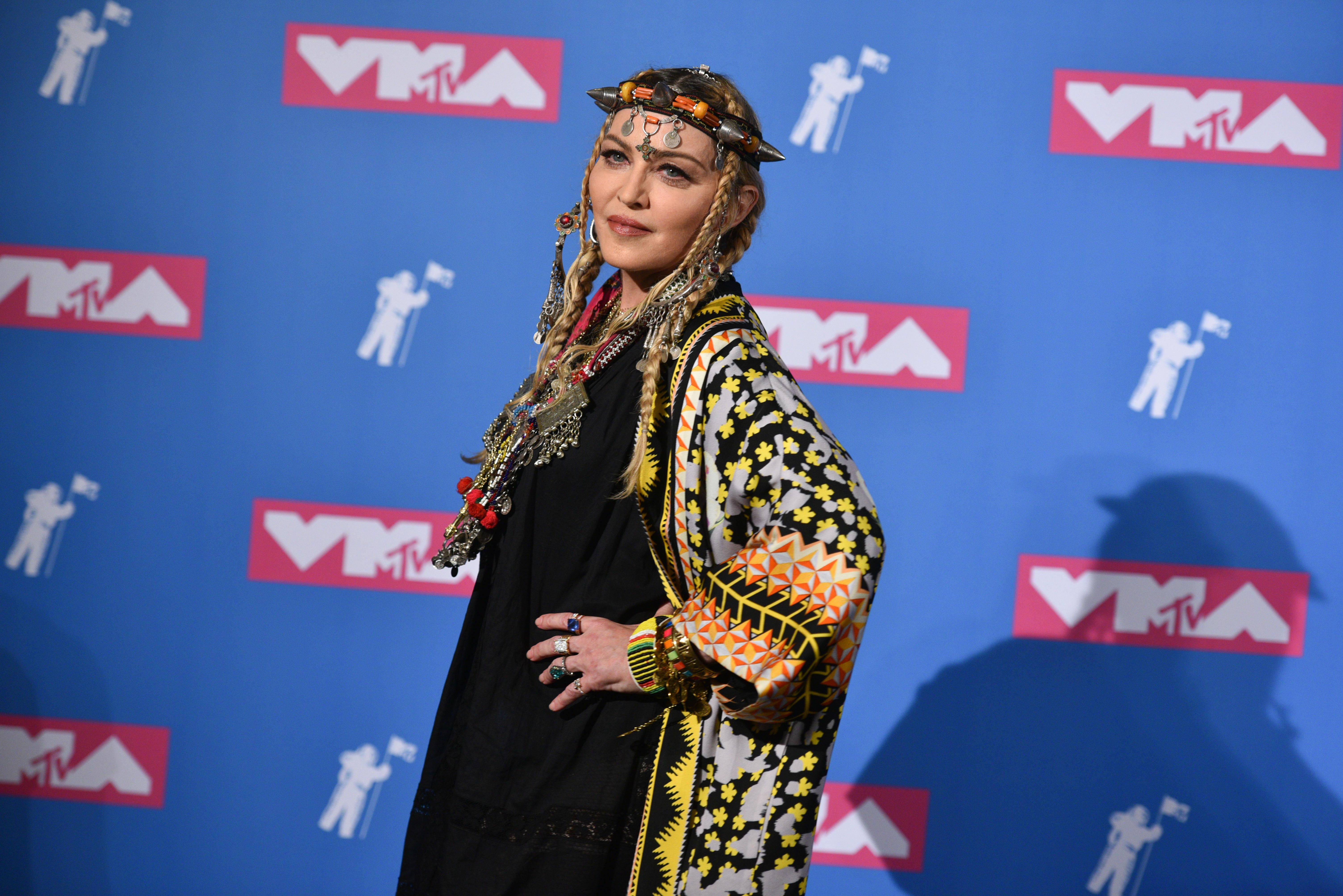 Madonna, Berberkleid, Berber, Bekleidung, MTV Video Music Awards, Uli Rohde, Aktivistin, Bergedorferin, Berber-Bekleidung, Berbermode, kabylisches Kleid, Kabylen, News, Bergedorfer Blog, HEIDI VOM LANDE