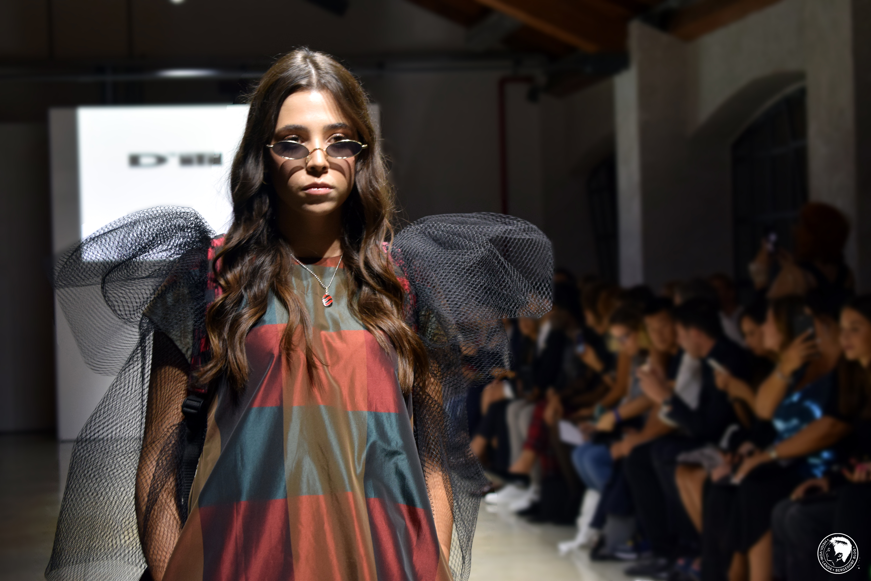 Mailand Fashion Week: Handwerkskunst und High Fashion kombiniert im glänzenden Design bei der Fashion Vibes