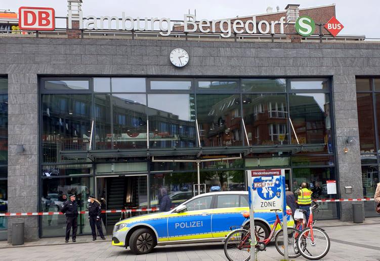 Bergedorf, Bus kracht durch Glas, Bahnhofshalle, S-Bahnhof, Bergedorf, hamburg, schwerer Unfall, Bergungsarbeiten, Nachrichten