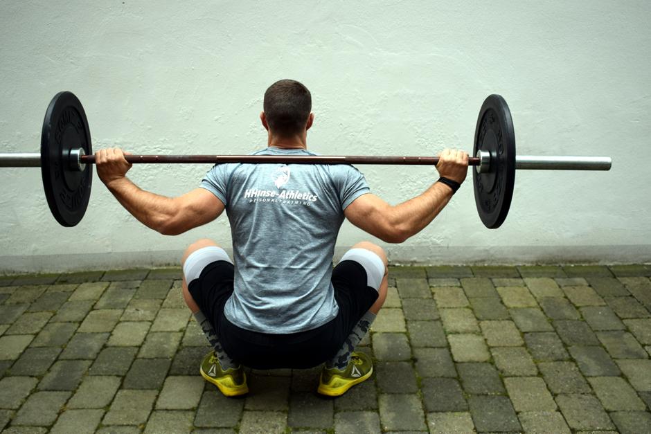 Sebastian Meier, Personaltrainer, Corona, Workout draußen, Sport im Innenhof, Muskel-Training, Bizeps, Hantel, Bergedorf, Hamburg, HHanse - Athletics